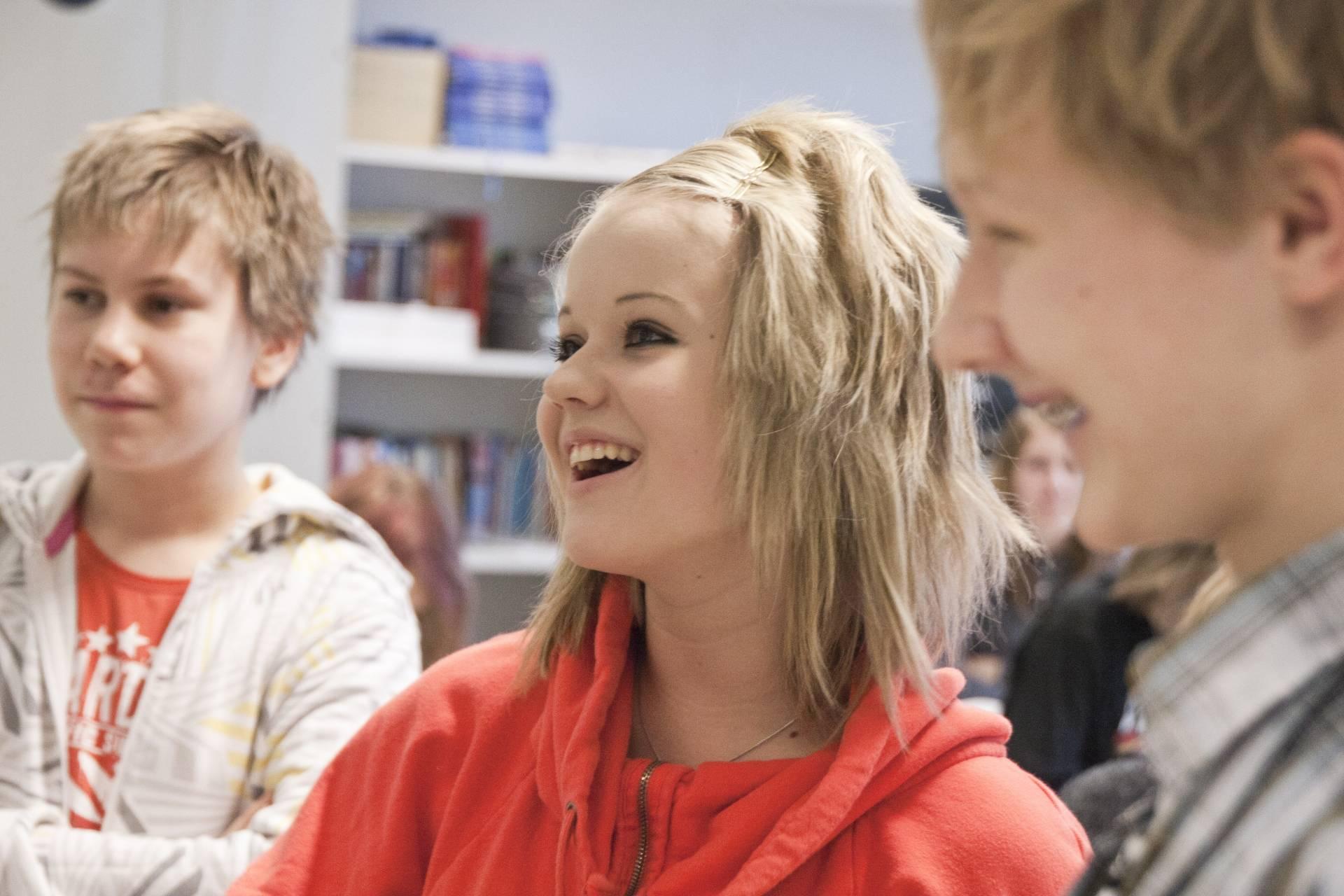 Kuvituskuva yläkoululaisesta tytöstä joka nauraa